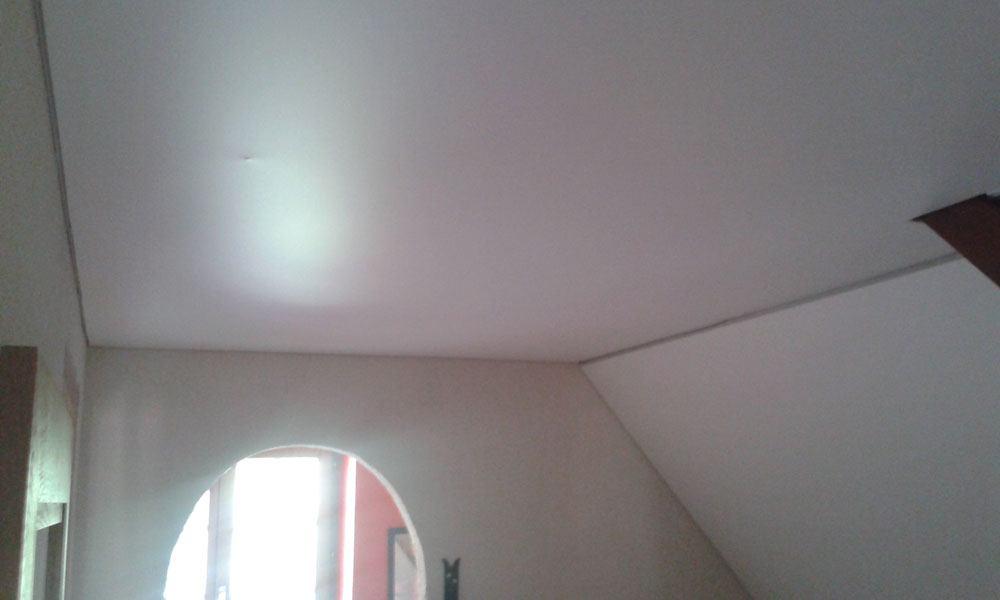 plafond tendu dans une chambre mansard e plafond tendu lm. Black Bedroom Furniture Sets. Home Design Ideas