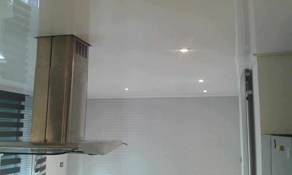 cuisine avec plafond tendu laqu blanc plafond tendu lm. Black Bedroom Furniture Sets. Home Design Ideas