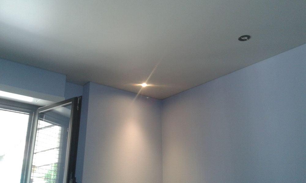 r novation des plafonds d 39 une maison avec des plafonds tendus. Black Bedroom Furniture Sets. Home Design Ideas